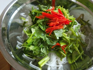 白萝卜香辣凉拌菜   新文美食,在次放入盆中,加入香菜,小米辣椒丝。