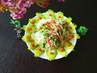 白萝卜香辣凉拌菜   新文美食,把苦瓜片摆放一圈,点缀一圈小米辣完成。