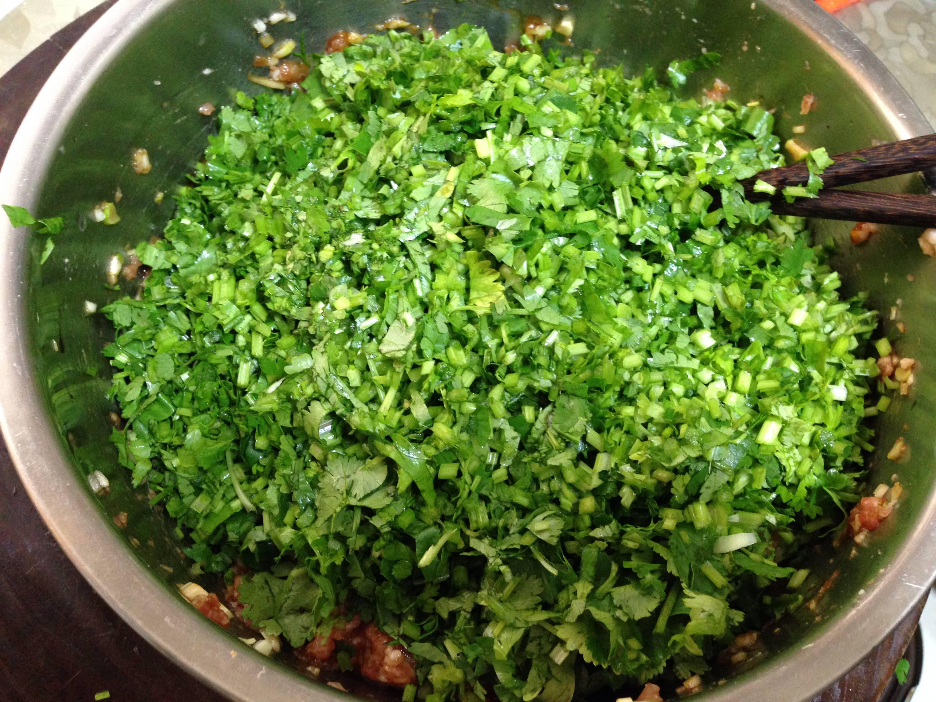 香菜抱蛋饺,</p> <p>最后把香菜碎用香油拌一下,这样的目的是使香菜不出水