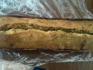 抹茶大理石磅蛋糕,等冷却后。包上保鲜膜。放入冰箱冷藏三天后,三天后是反油的日子,此时食用口感更佳。