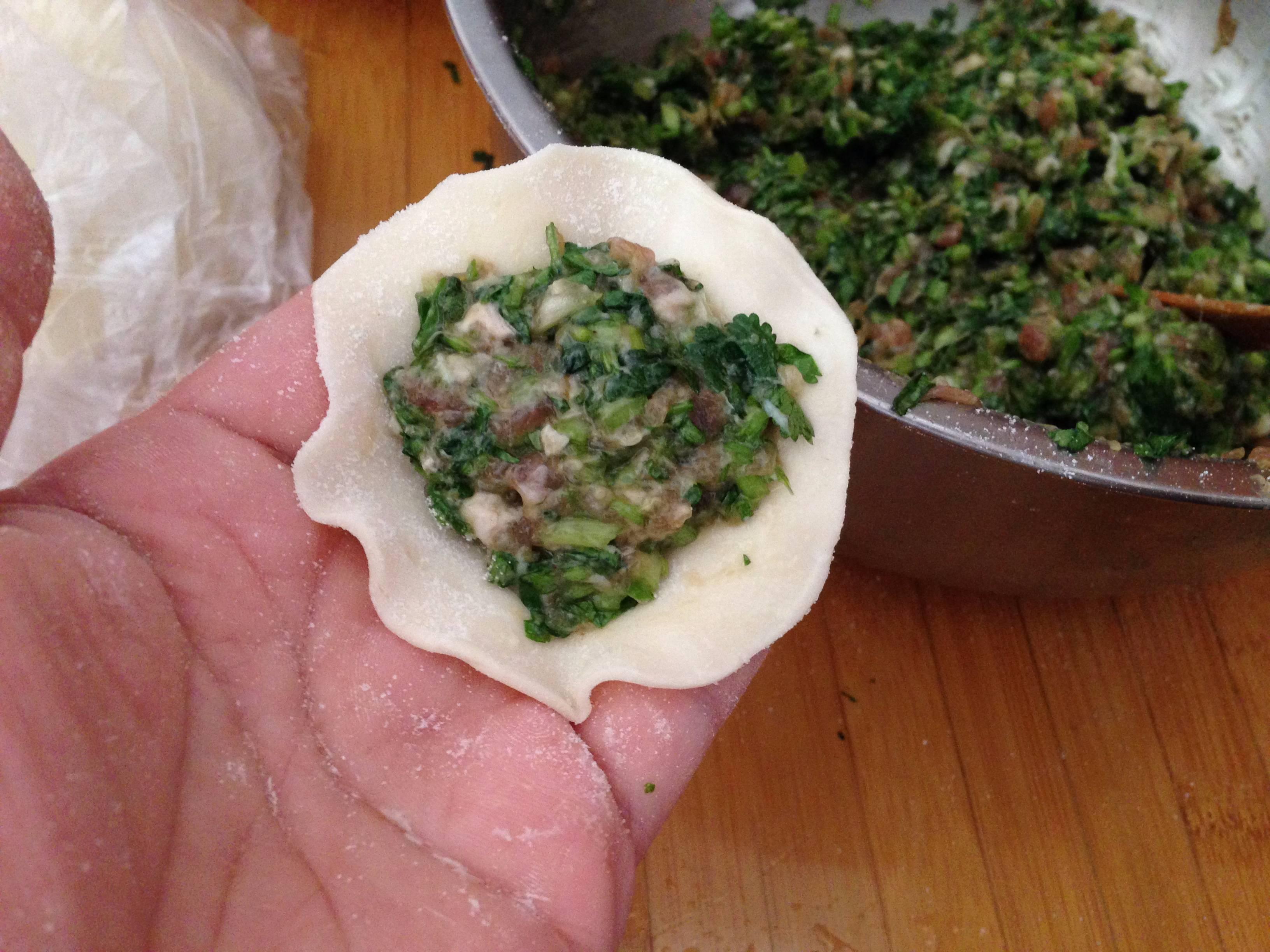 香菜抱蛋饺,</p> <p>取饺子皮一个,填入适量馅,饺子皮可以自己擀,也可以买现成的