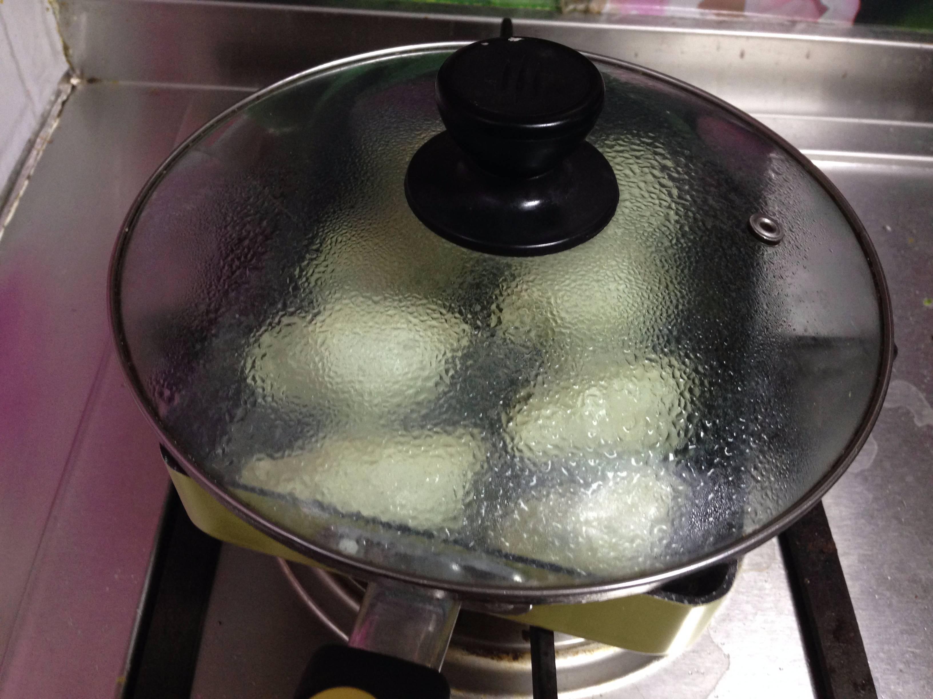 香菜抱蛋饺,</p> <p>倒入高过饺子1/3的水,加盖开始小火慢焖