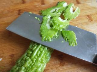 白萝卜香辣凉拌菜   新文美食,苦瓜中间切开去瓤,片成片。