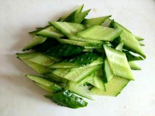 海米腐竹炒黄瓜,黄瓜切菱形片