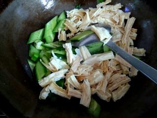 海米腐竹炒黄瓜,加入腐竹翻炒