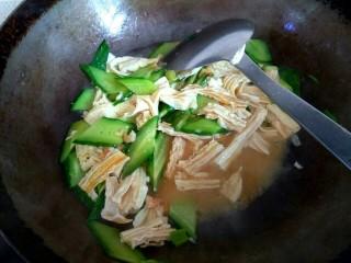 海米腐竹炒黄瓜,倒入小碗中的调料