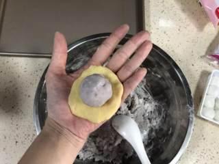 芝士爆浆仙豆糕,把包好的馅放在中间,用手慢慢推面团,包裹馅,封口,揉圆。
