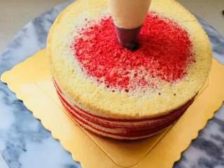 爆浆海盐红丝绒奶盖蛋糕,用刀,斜插进蛋糕中间位置。转圈划一下蛋糕内部。将奶盖酱灌入蛋糕体中。