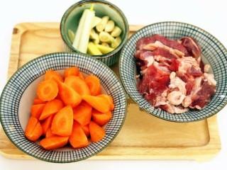 红焖羊肉,羊腿肉切成块,胡萝卜切成滚刀块。葱切段,蒜切块,姜切片备用。