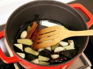 红焖羊肉,锅烧热,倒入少许油。加入葱姜蒜。桂皮,香叶,大料,花椒,干辣椒。小火煸炒出香味儿。