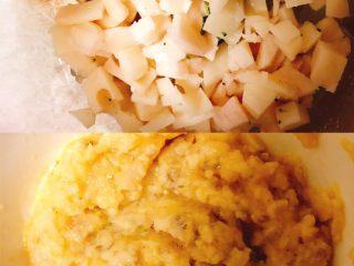 鲜虾莲藕蒸糕,将莲藕和处理好的鲜虾放入辅食机搅拌均匀后和其中一碗的蛋液搅拌在一起!