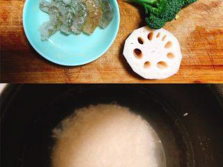 鲜虾莲藕蒸糕,蒸一锅米饭,鲜虾5只,莲藕1片(厚一点),西兰花30g,鸡蛋1个!