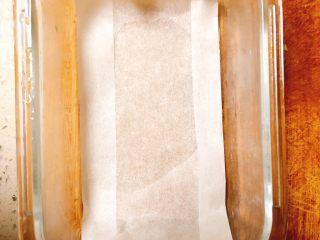 鲜虾莲藕蒸糕,容器中垫上硅油纸