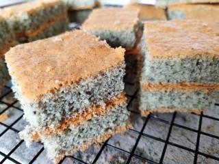 黑米海绵蛋糕,烤好后取出放凉切块