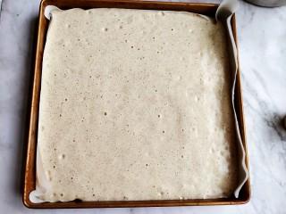 黑米海绵蛋糕,28×28烤盘铺油纸。把蛋糕糊倒进去。
