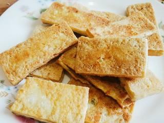 脆皮豆腐(煎豆腐),装盘备用