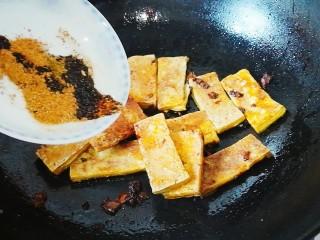 脆皮豆腐(煎豆腐),倒入备好的调料