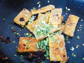 脆皮豆腐(煎豆腐),出锅前撒着蒜苗