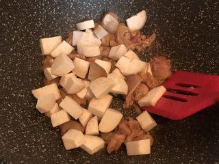 蚝油杏鲍菇鸡腿丁,加入杏鲍菇翻炒片刻