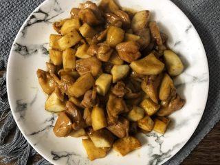 蚝油杏鲍菇鸡腿丁,翻炒1-2分钟后出锅