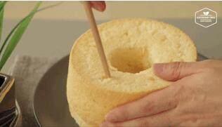 奶油戚风砖,拿竹签或筷子,像这样插入戚风里左右来回划动,挖出空间装奶酪奶酪~~大概挖6-7个洞,把里边打通都没关系。