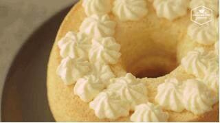 奶油戚风砖,挤满后,在蛋糕上挤出你喜欢的裱花造型,最好挤满它,制造丰富的奶油造型。