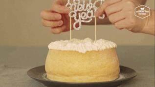 奶油戚风砖,撒上糖粉,最后插上一块生日快乐或感恩的标语,就做好啦!可以主打生日小蛋糕,便宜好卖!