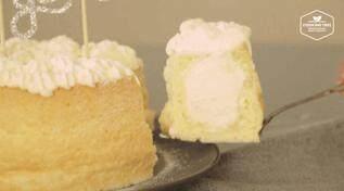 奶油戚风砖,切开一块戚风,可以看到被奶油奶酪挤的膨胀弯曲的戚风蛋糕,胖胖的造型还有一丝敦厚感~