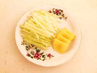 清炖冬瓜牛肉丸,把圆葱切成丝,鲜姜切成小片
