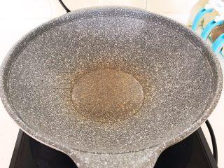 清炖冬瓜牛肉丸,炒锅烧热后加入1勺玉米油