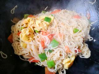 西红柿炒面,最后把炒好的鸡蛋倒入锅里,一起翻炒均匀就可以出锅了。
