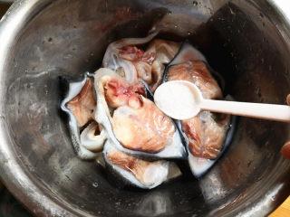 葱油海参斑,再倒入食盐,拌匀腌制15分钟,