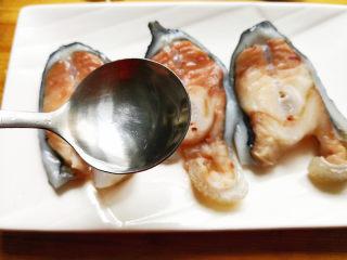葱油海参斑,将海参斑取出摆在盘子里,腌制的汤汁倒掉,重新再倒入一勺料酒,