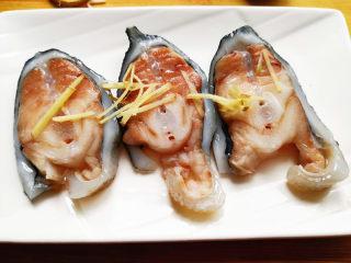 葱油海参斑,姜切丝,摆在海参斑上,
