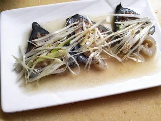 葱油海参斑,撒上少许白胡椒粉,