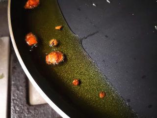 葱油海参斑,锅里放入食用油,油热后放花椒和大料爆香,