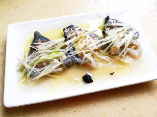 葱油海参斑,油趁热倒到海参斑上,会听到滋滋拉拉的声音,同时闻到香味,