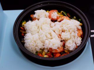 补钙又营养的虾仁豆芽蛋炒饭,加入提前打散的米饭。