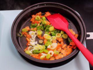 补钙又营养的虾仁豆芽蛋炒饭,加入切碎的蒜末爆出香味。