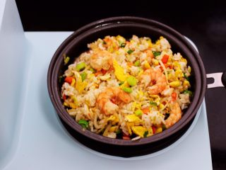 补钙又营养的虾仁豆芽蛋炒饭,大火翻炒均匀即可关火。