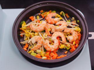 补钙又营养的虾仁豆芽蛋炒饭,这个时候加入虾仁继续翻炒均匀。