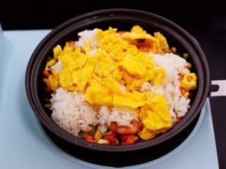 补钙又营养的虾仁豆芽蛋炒饭,再加入提前炒熟的鸡蛋。