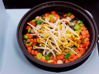补钙又营养的虾仁豆芽蛋炒饭,这个时候加入黄豆芽继续用中火慢慢翻炒片刻。