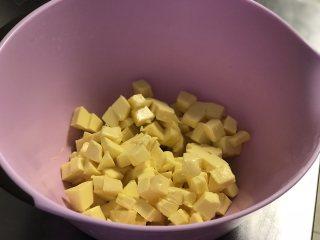 黄油饼干,黄油切小粒软化到一按就出坑的程度,不能太硬也不可以太软摊成一团坭。(图中是三份的量)