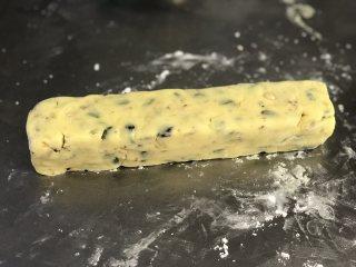 黄油饼干,将饼干面团整理成一个圆柱形然后放入饼干U型模具中压实(模具最好垫油纸,方便取出),没有模具的直接整形。塑形好的饼干条放入冷冻室冻硬,大概1小时-1个半小时。这是奶香原味的。