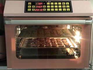 黄油饼干,烤箱提前预热170度,预热好后放在烤箱中层,上下火170度烤20分钟左右。(具体温度时间一定要根据自己烤箱调整);我用的是风炉145度23分钟。(风炉可以一次烤多层,平炉只能一次一层)