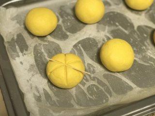 南瓜糯米包 ,用牙签在面团上压出南瓜条纹,正中间再插上葡萄干,依次完成所有。