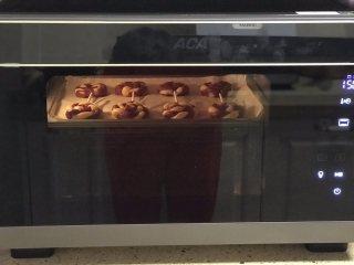 棒棒糖饼干,烤箱150度提前预热10分钟,选择器烘烤功能上下火,150度25分钟,结束后再焖10分钟。