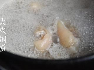 老妈蹄花,焯好的猪蹄用清水冼净放入锅中,取清水没过猪蹄,大火烧开焖煮30分钟。