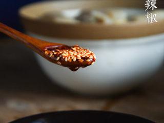 老妈蹄花,陈醋+生抽+三生川红油辣椒+盐和白糖调制蘸碟。